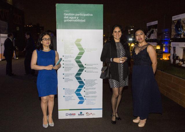 Srta. Maribel Milla, Coordinadora de Asuntos Sociales de Southern Peaks Mining Perú, junto a Catherine Alva, Especialista en Recursos Hídricos y Pamela Quino, Especialista de Proyectos de AQUAFONDO